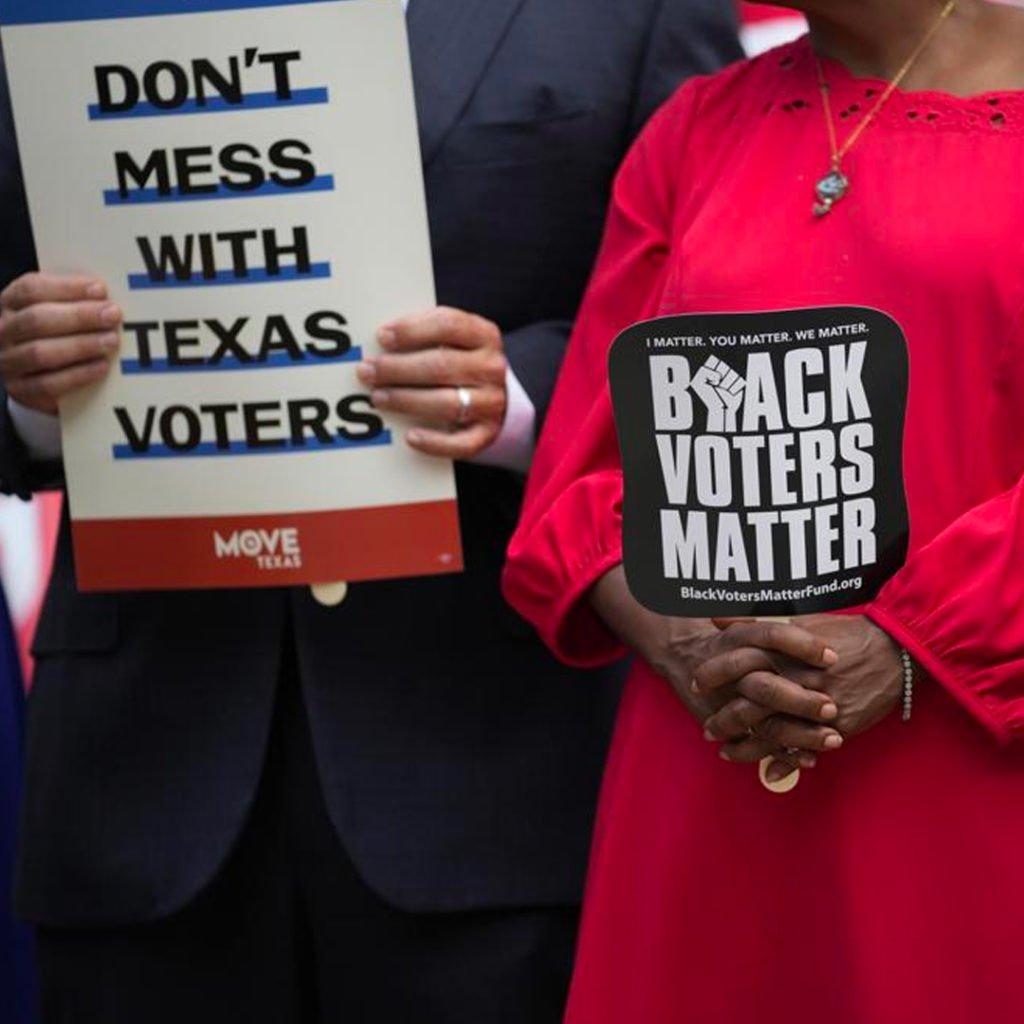 Депутати Демократичного комітету Палати представників Техасу приєднуються до мітингу на сходах Капітолію Техасу, щоб підтримати право голосу, у четвер, 8 липня 2021 року, в Остіні, Техас. (Кредит: Ерік Гей)